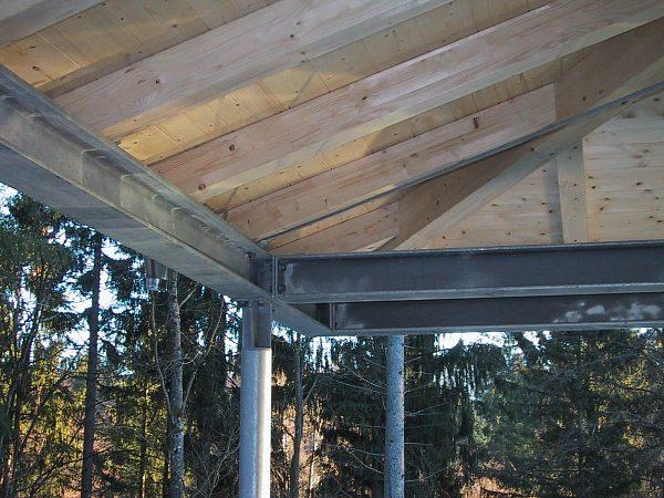 Stahl-Holz-Konstruktion eines Carports, Wohnhaus in Tutzing