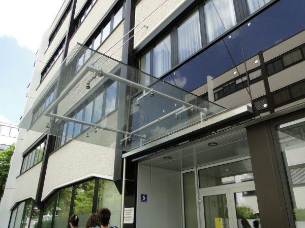 Stahl-Glas-Vordächer in München, Charles-de-Gaulle-Straße